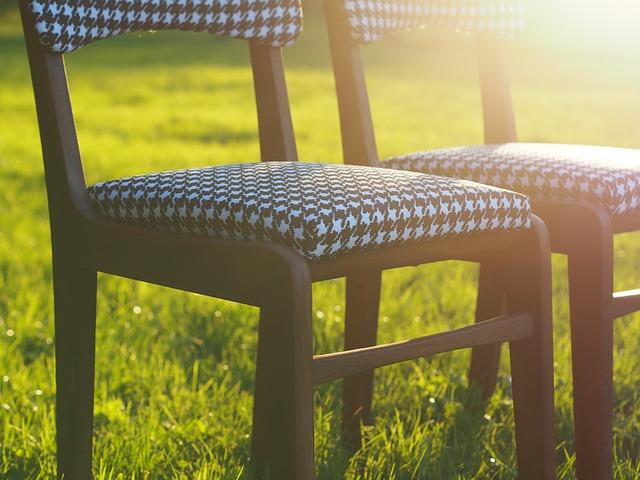 židle v trávě