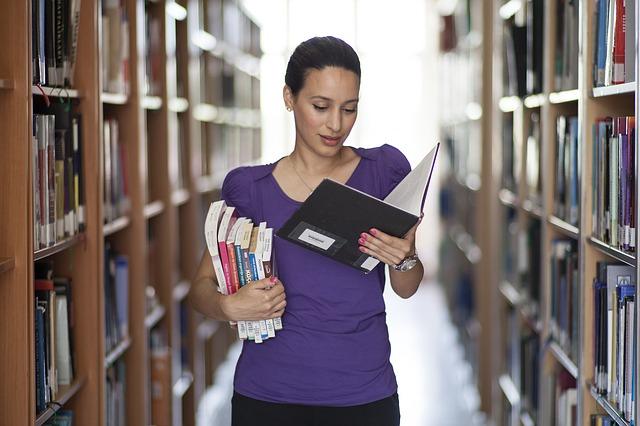 žena v knižnici.jpg
