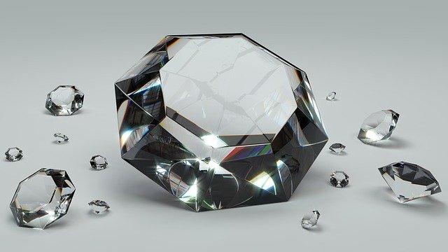 Veľký diamant a malé diamanty na bielom stole.jpg