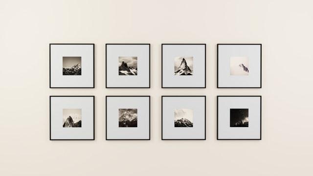 Biela stena so šiestimi obrázkami v moderných rámoch.jpg