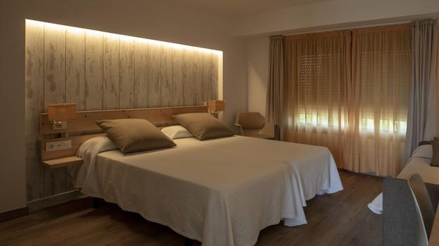 interior-bedroom-white-creamy-tones_181624-16134